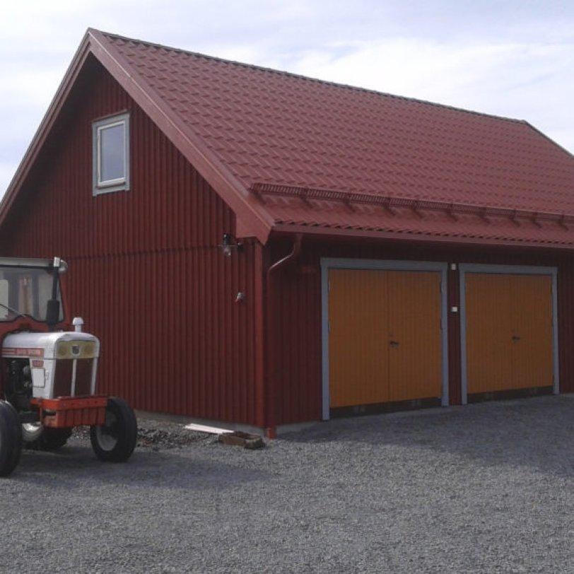 Rød garasje med loft